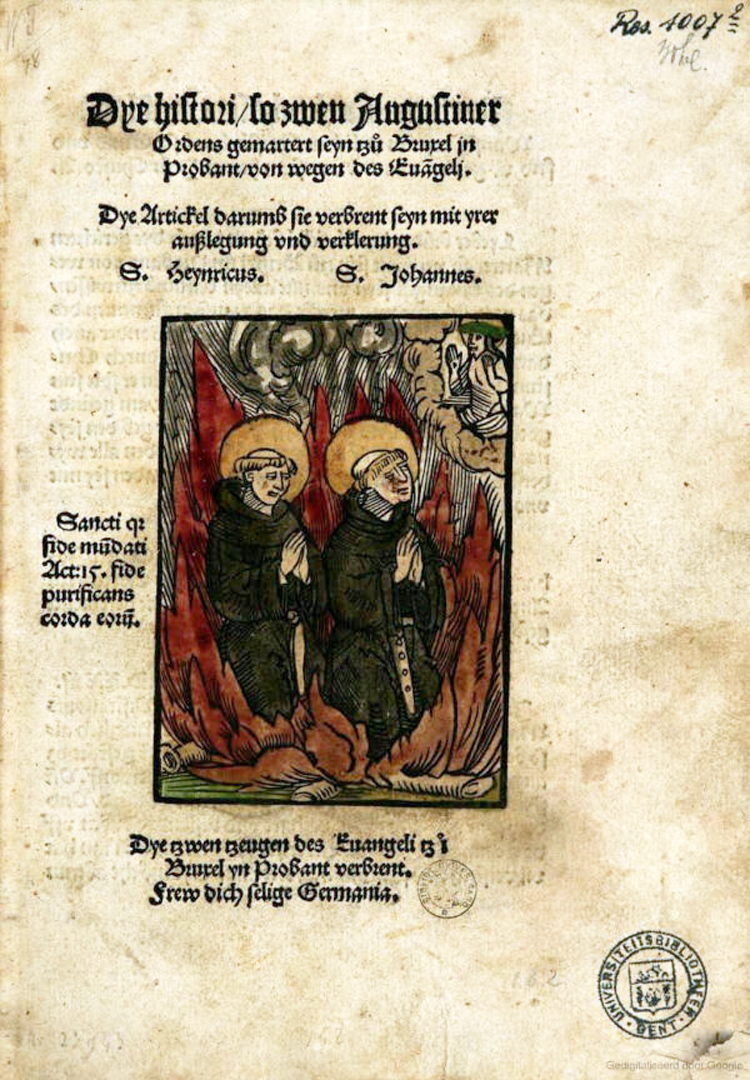 """Devotieprent over 2 protestanten op de brandstapel. Titelblad van de brochure """"Dye histori so zwen Augustiner Ordens gemartert seyn tzu Bruxel in Probant [sic] von wegen des Evangeli"""" door Martin Reckenhofer (1523)."""