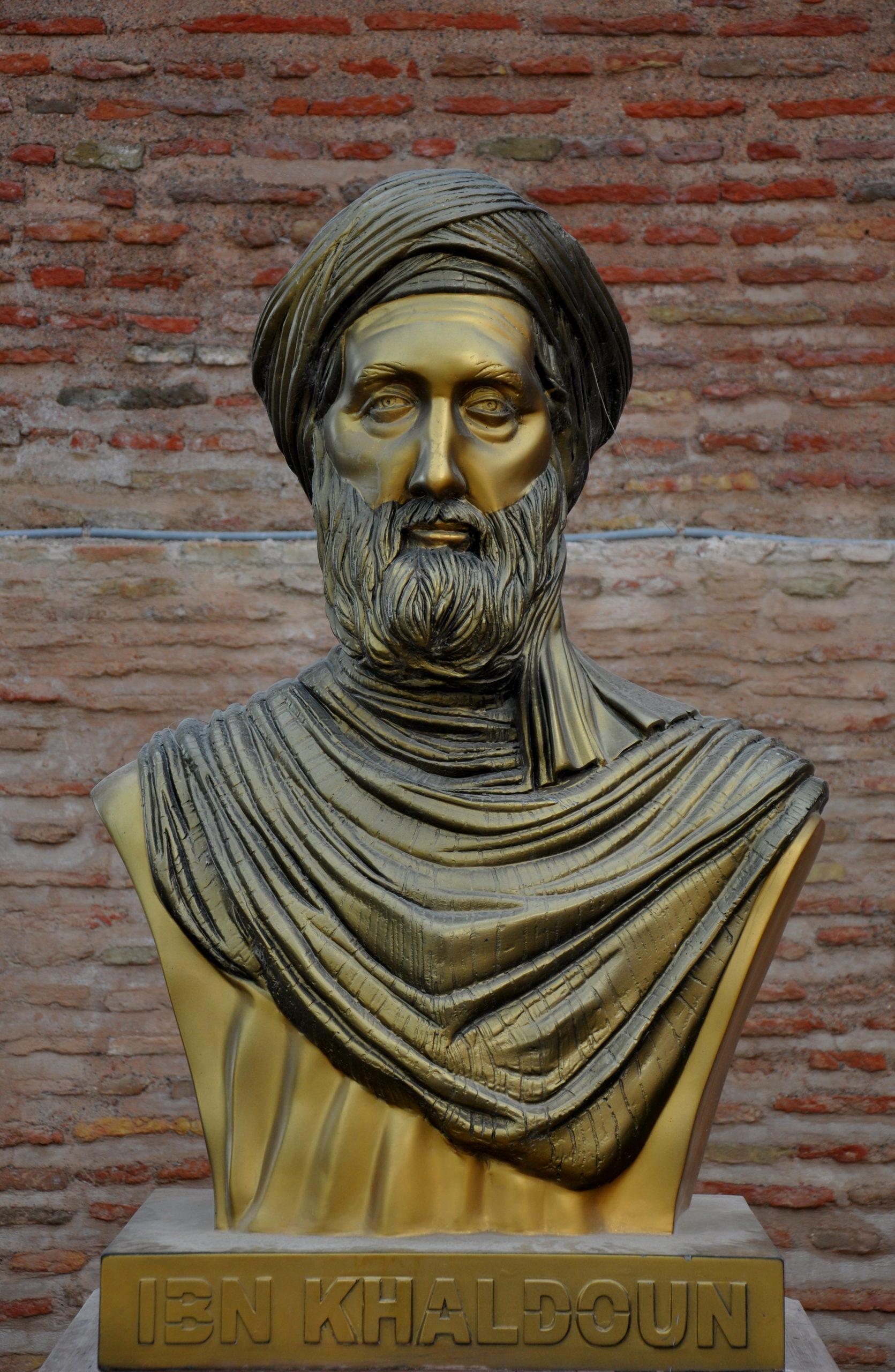 Buste van Ibn Khaldun aan de ingang van de Kasbah in Bejaia, Algerije